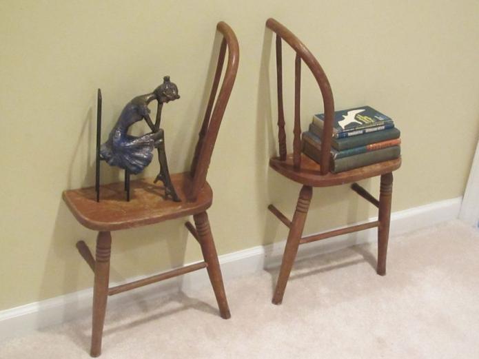 Оригинальные полочки из старых стульев