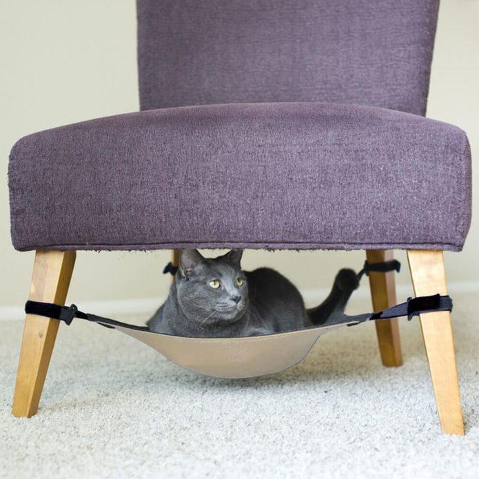 Домик для кошки из старого стула