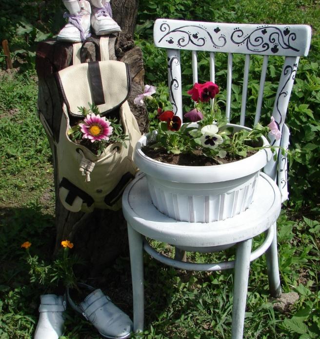 Колоритная клумба из стула в саду