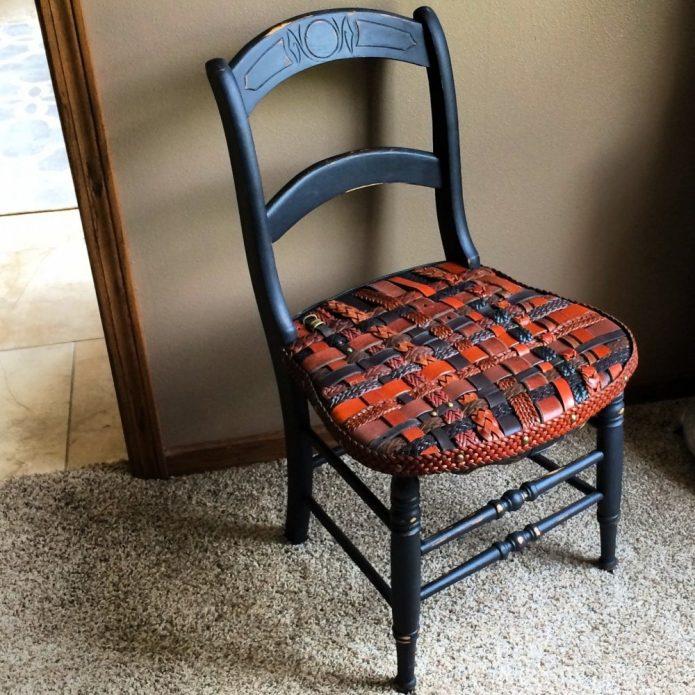 Старый стул, декорированный ремнями