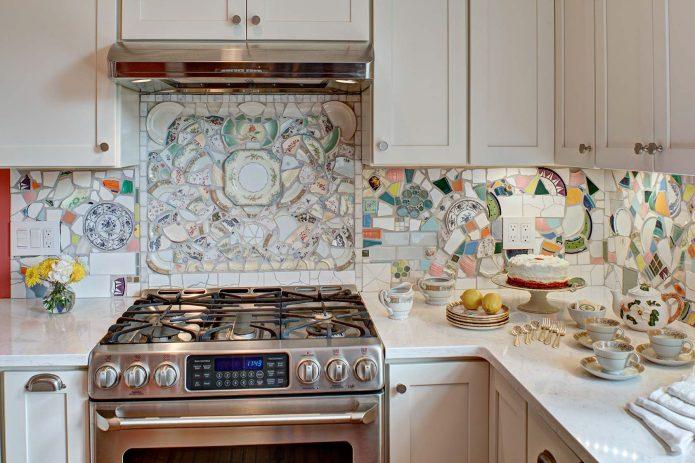 Мозаичный кухонный фартук из битой посуды