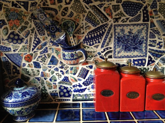 Оригинальный кухонный фартук из осколков посуды и разбитой чашки