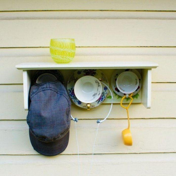 Крючки на кухню из старых чашек