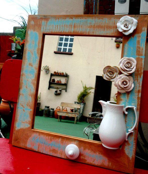 Оправа зеркала, декорированная разбитой посудой