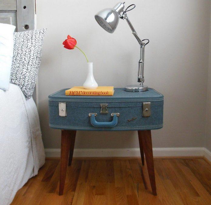 Прикроватная тумбочка, сделанная из старого чемодана