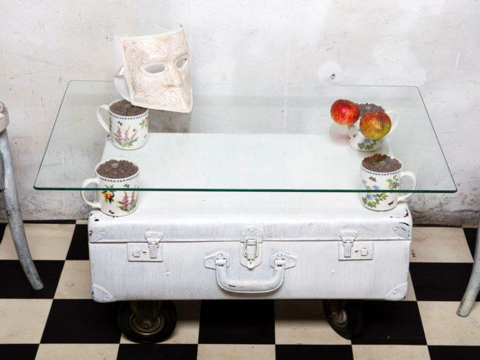 Винтажный столик из чемодана