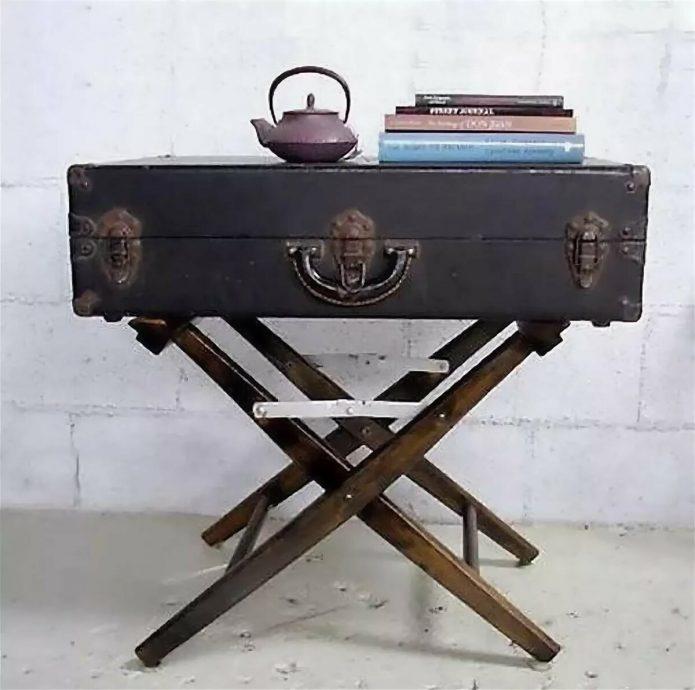 Столик из чемодана со складными ножками