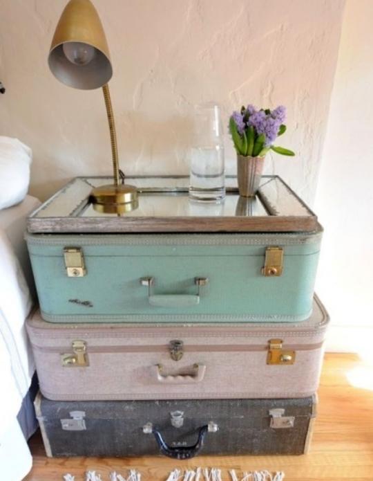 Прикроватная тумбочка из чемоданов и зеркала
