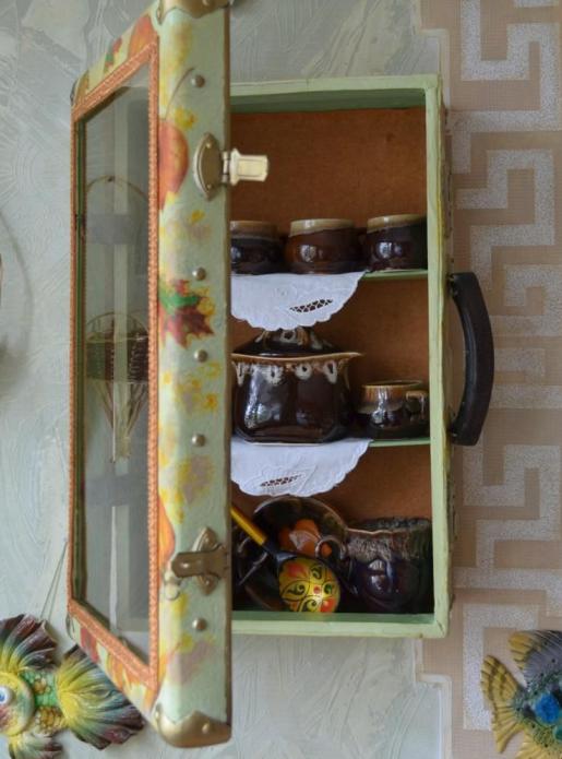 Навесной шкаф для посуды из чемодана