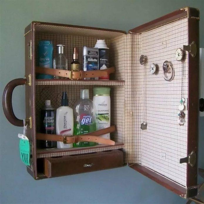Шкафчик из чемодана в ванной комнате