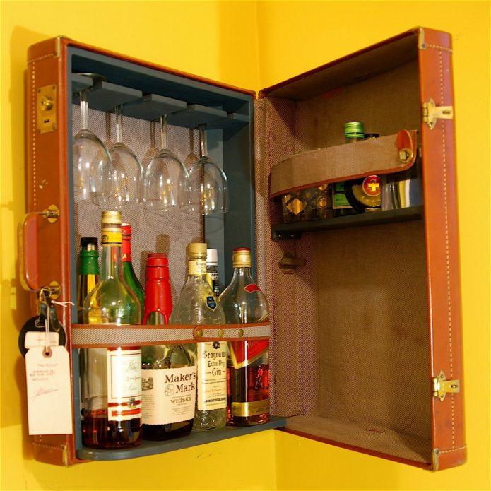 Подвесной мини-бар из старого чемодана
