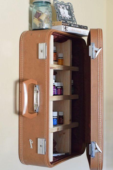 Шкафчик для лекарств из старого чемодана