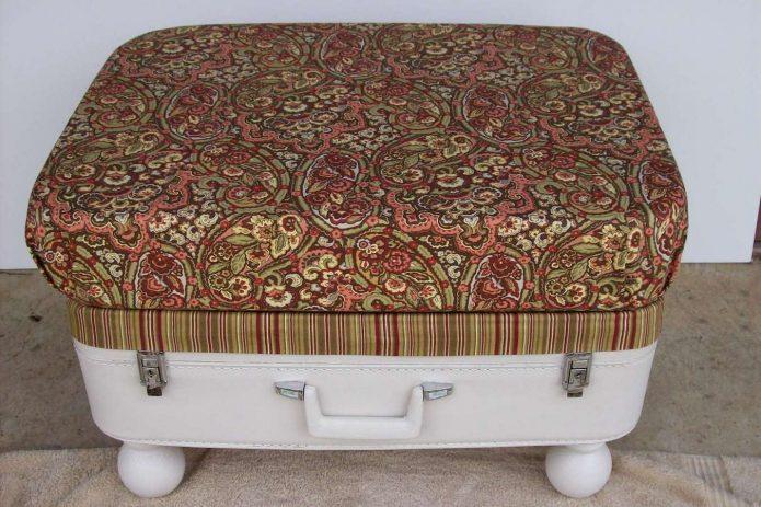 Мягкая банкетка из старого чемодана