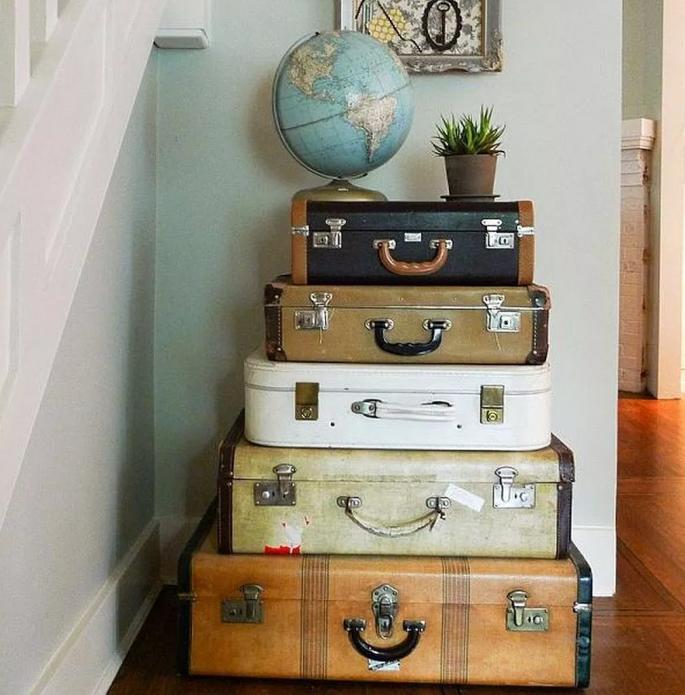 Стилизованный комод из чемоданов