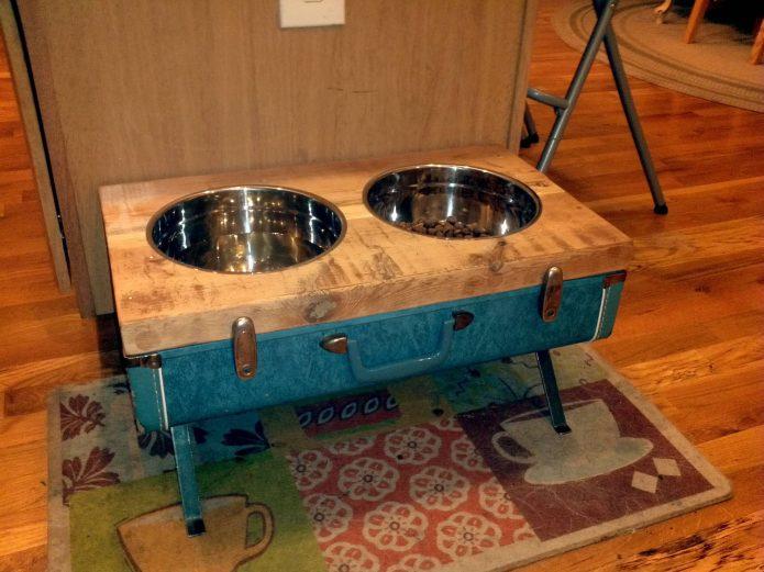 Кормушка для собак из старого чемодана