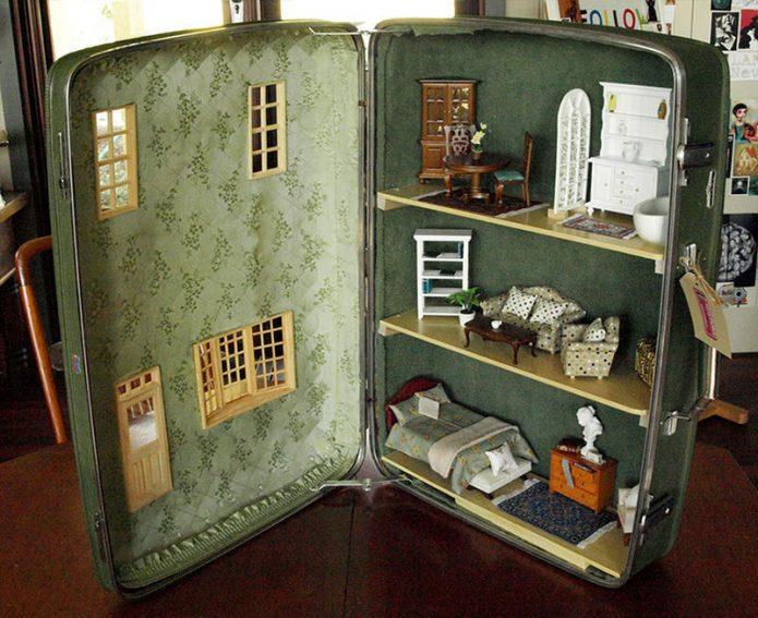 Кукольный домик из старого чемодана