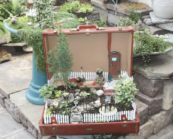 Мини-садик в старом чемодане