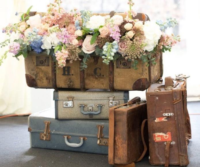 Декор из цветов и старых чемоданов