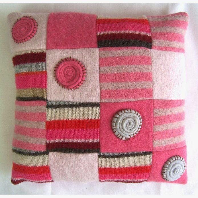 Красивая подушка из старых трикотажных изделий