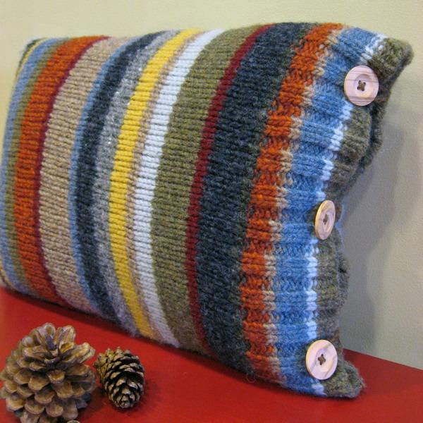 Красивая подушка из старой кофты