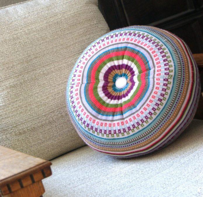 Элегантная подушка-пуфик из свитера