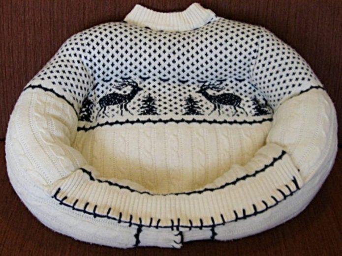 Лежанка для собак из старого свитера