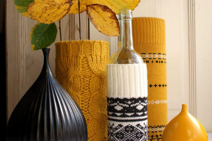 Самодельные вазы в чехлах из старых свитеров