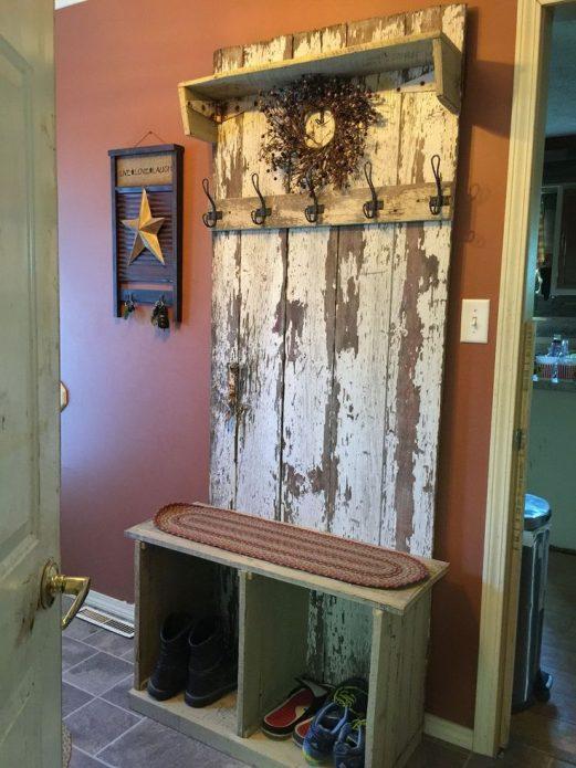 Вешалка винтажного стиля из старой двери