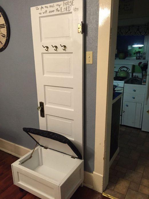 Вешалка из двери с удобной банкеткой