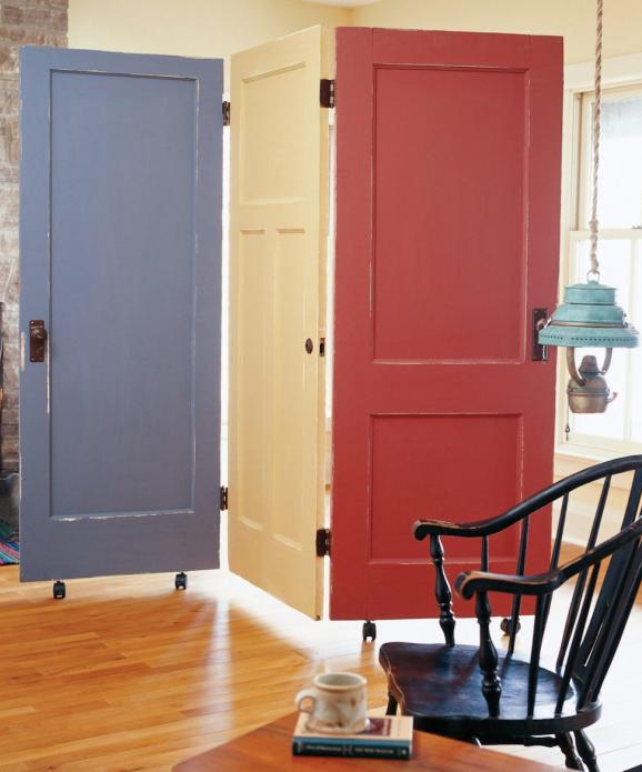 Красивая ширма из старых дверей