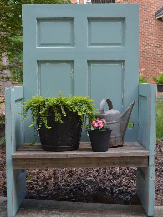 Скамейка из старой двери на даче