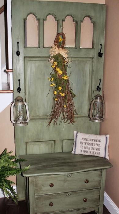 Вешалка из старой двери с выдвижными ящиками