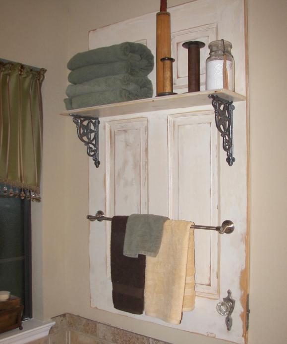 Полка из старой двери в ванной
