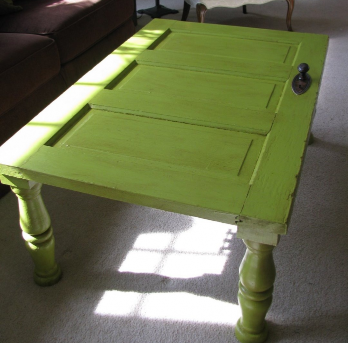 Сделанный своими руками стол из старой двери