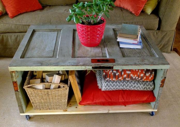 Удобный журнальный столик из старых дверей