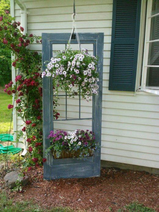 Контейнерная клумба из старой двери