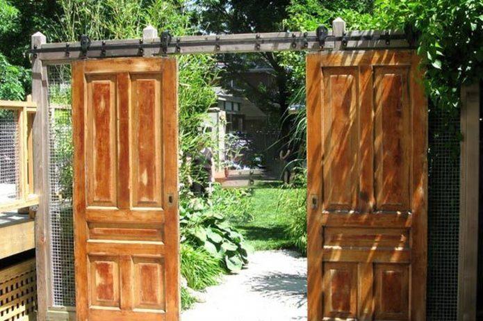 Оригинальная калитка из старых дверей