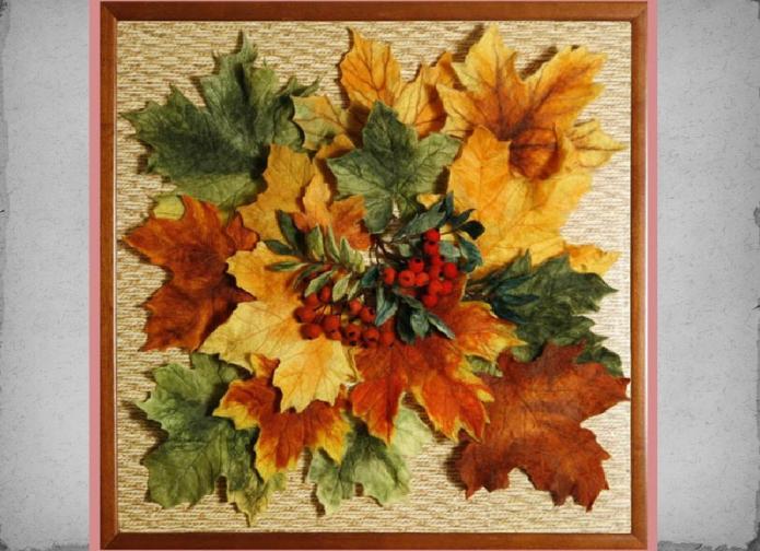 Панно из осенних листьев и ягод рябины
