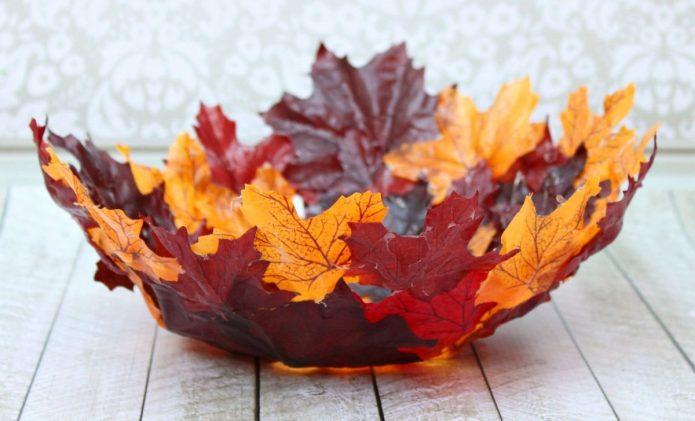 Изящное блюдо из осенних листьев