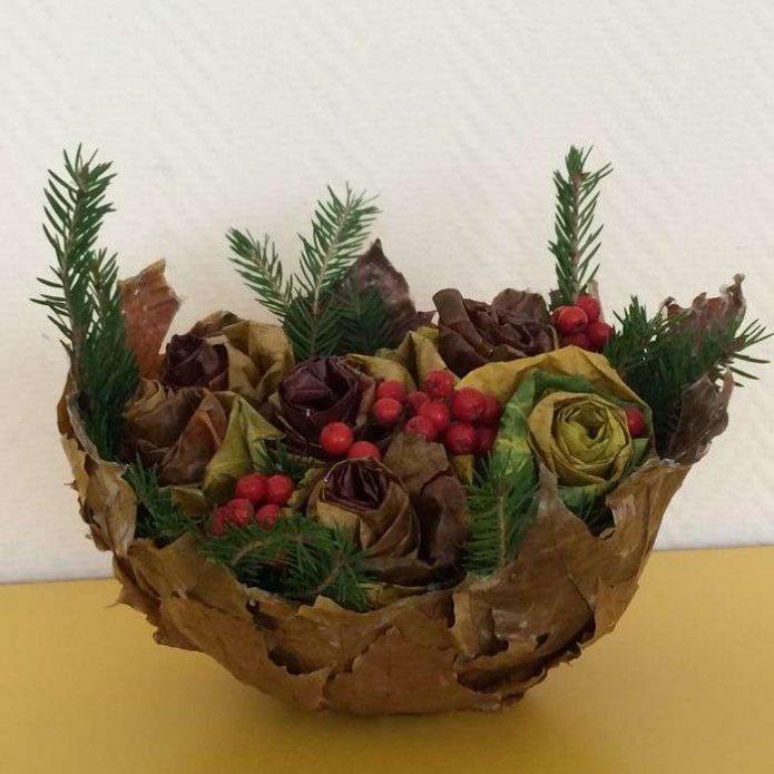 Блюдо из листьев с шишками и цветами