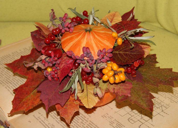Осенняя икебана из листьев, тыквы и ягод