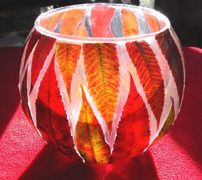 Подсвечник с декором из листьев