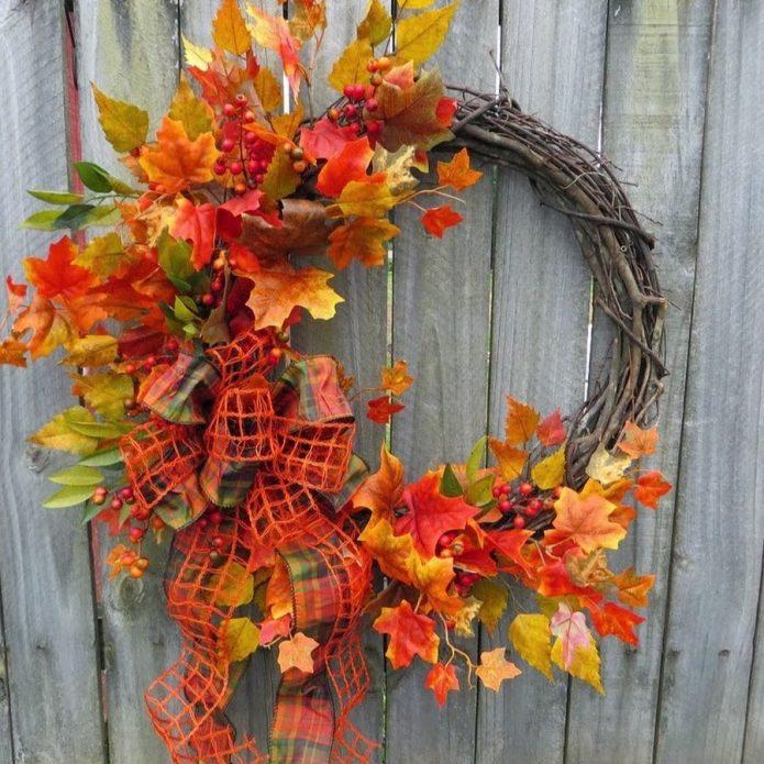 Осенний декор из листьев на даче