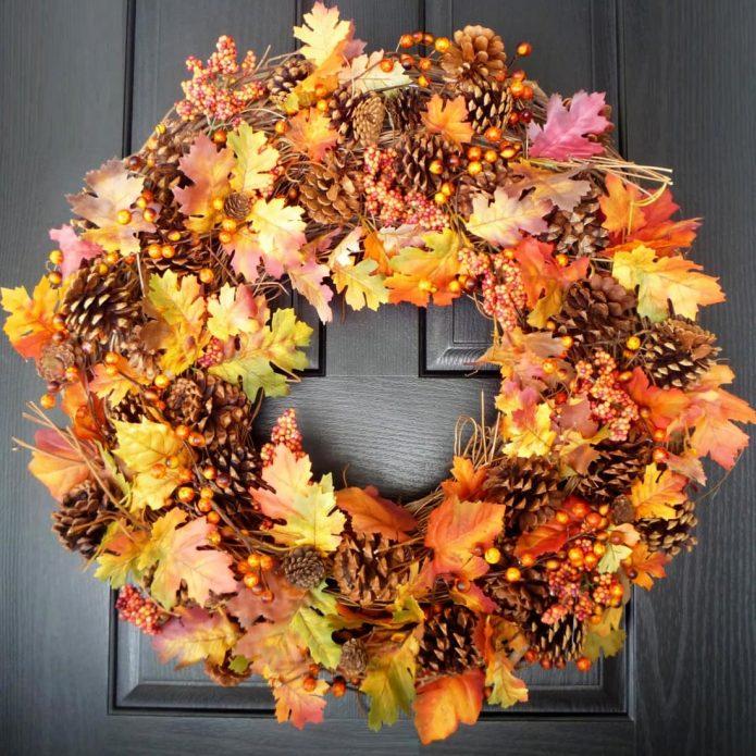 Роскошный венок из осенних листьев и шишек