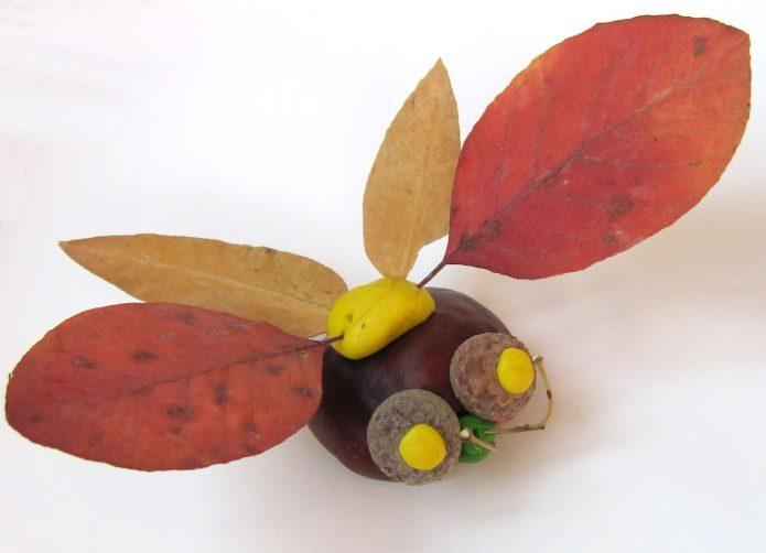 Милая поделка из листьев, желудей и каштана