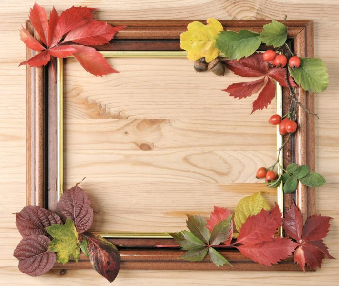 Деревянная фоторамка, оформленная листьями