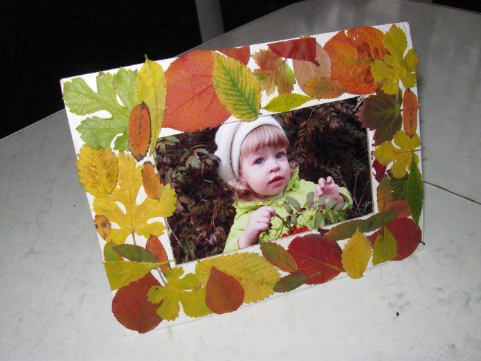 Картонная фоторамка в декоре из листьев