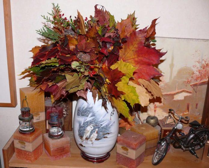 Колоритная икебана из листьев