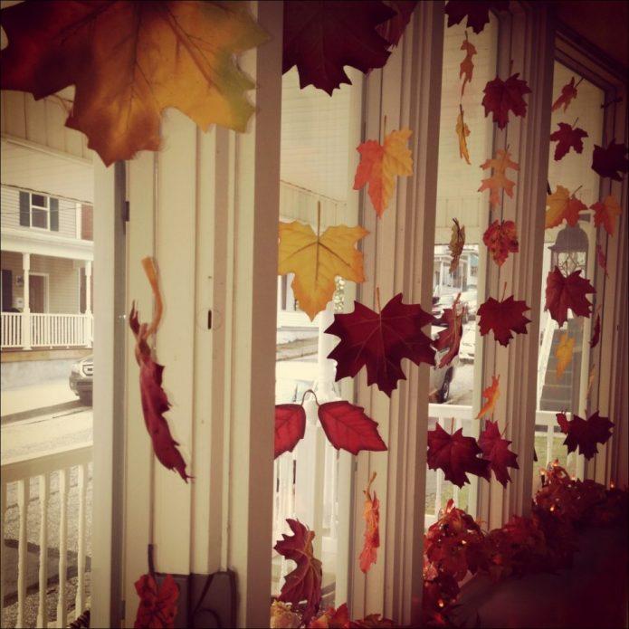 Декор окна подвесками из листьев