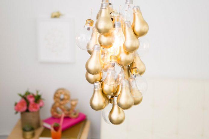 Люстра, декорированная старыми лампочками